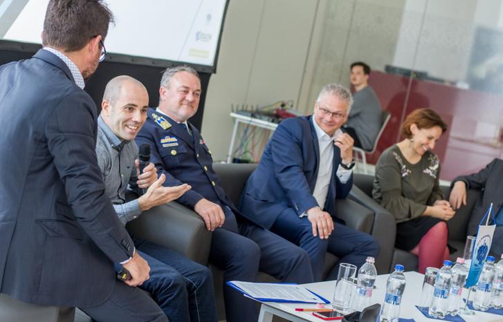 Kovács András Péter és Janklovics Péter humoristák forgatták a kampányhoz a videókat. Előbbi kezében a mikrofon