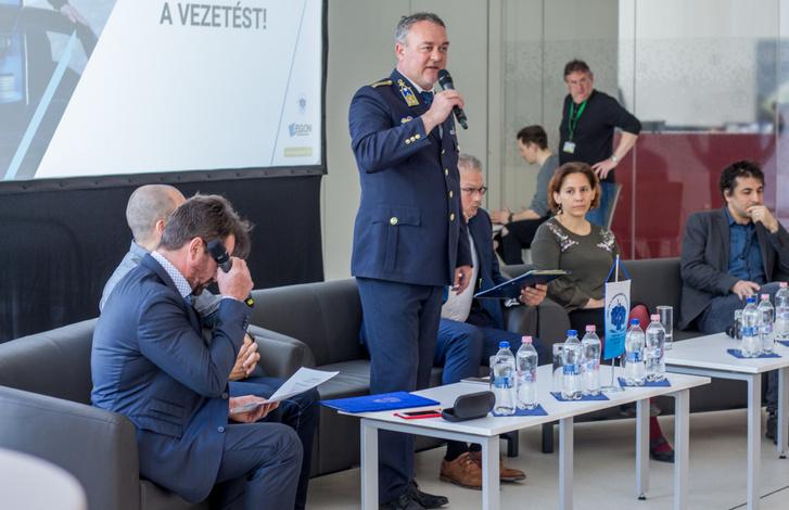 Óberling József rendőr ezredes a mikrofonnál