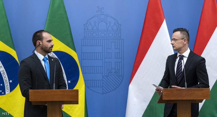Szijjártó Péter külgazdasági és külügyminiszter (j) és Eduardo Bolsonaro, a brazil képviselőház külügyi és védelmi bizottságának elnöke sajtótájékoztatót tart tárgyalásuk után a Külgazdasági és Külügyminisztériumban 2019. április 17-én.