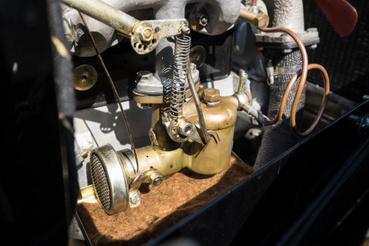 Karburátor rézből, a motorblokk oldalán