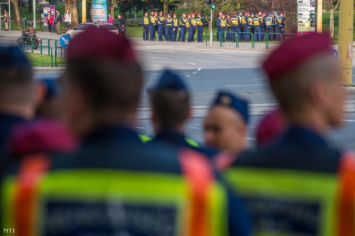 A környék kiürítését végző rendőrök és közterület-felügyelők gyülekeznek a fővárosi BAH-csomópontnál 2019. április 10-én.
