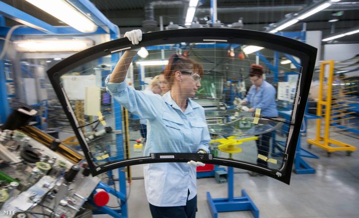 Az AGC Glass Hungary üzemcsarnoka, a tatabányai ipari parkban