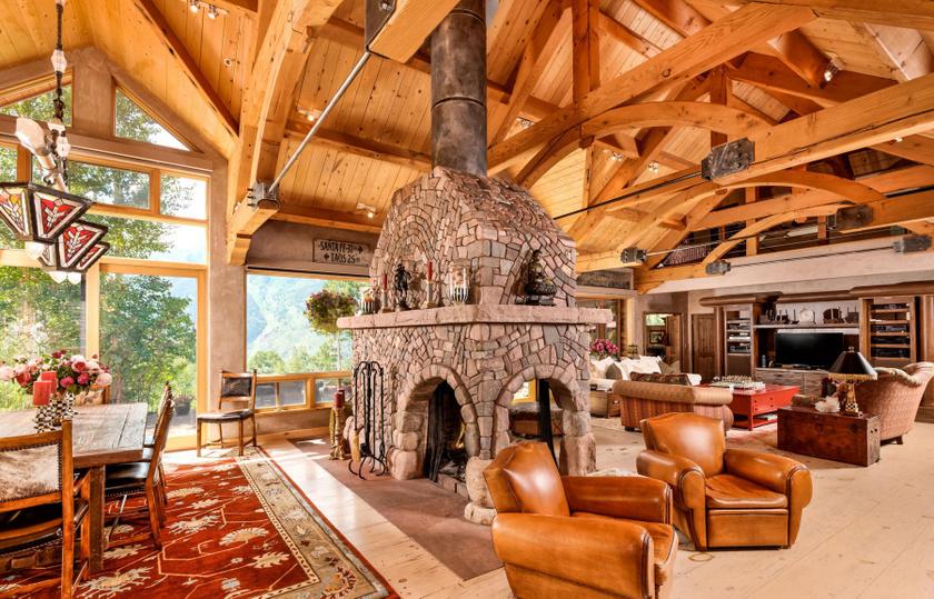 A nappali igazán látványos, a közepén egy hatalmas kandalló áll, ami minden bizonnyal jó meleget csinál a rideg, téli estéken is.