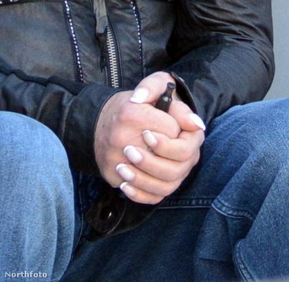 Ez Mickey Rourke keze, hát elmondhatjuk, hogy a körme jobban sikerült, mint a haja.