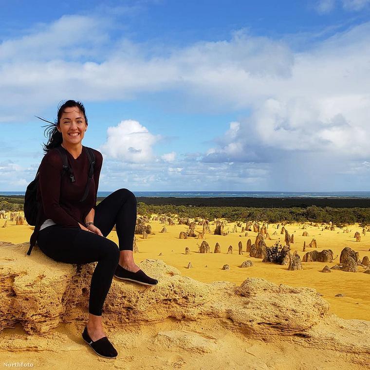 Ezen a képen Ausztráliában mosolyog egy sziklán.