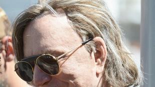 Mickey Rourke-nak jobban sikerült a manikűrje, mint a frizurája