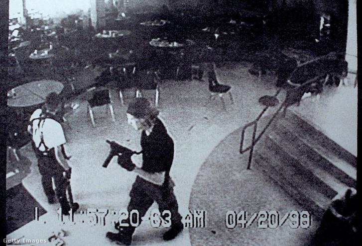 Eric Harris (balra) és Dylan Kebold a Columbine középiskola étkezőjében készült biztonsági kamera felvételén 1999. április 20-án