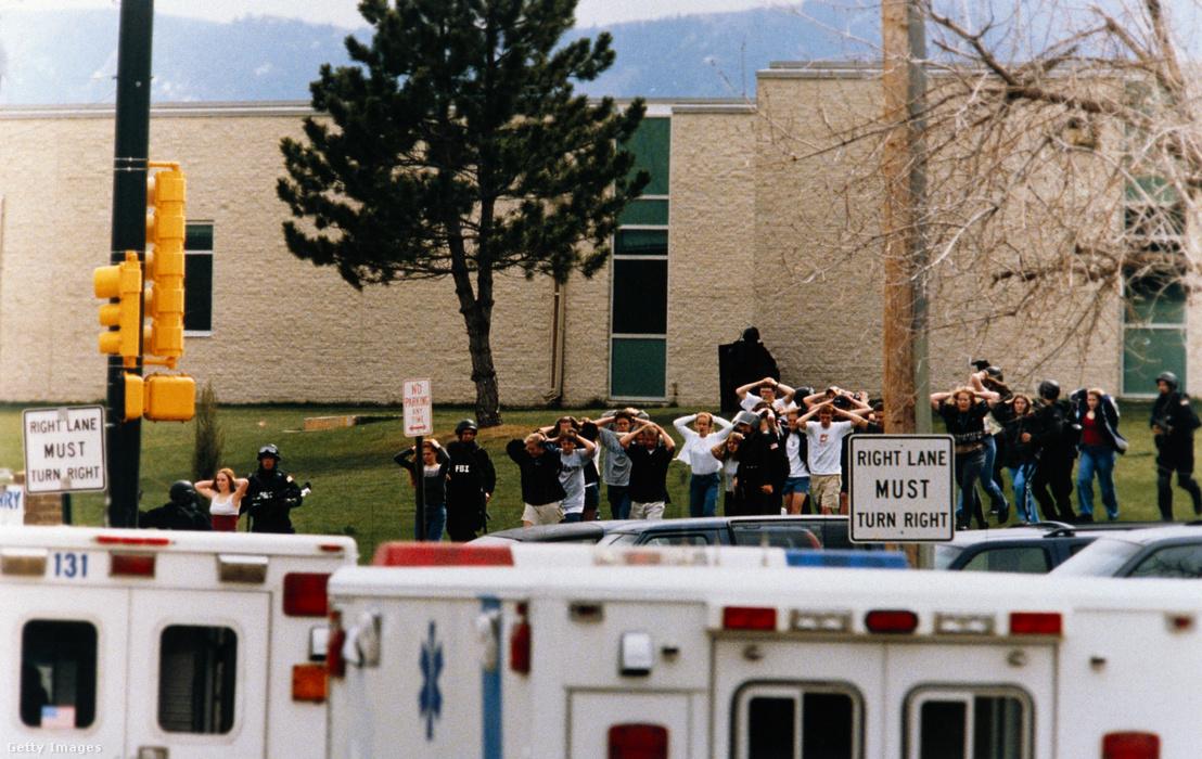 A Columbine iskola diákjai jönnek ki feltartott kézzel az iskolából, ahol a két fegyveres lövöldözött 1999. április 20-án