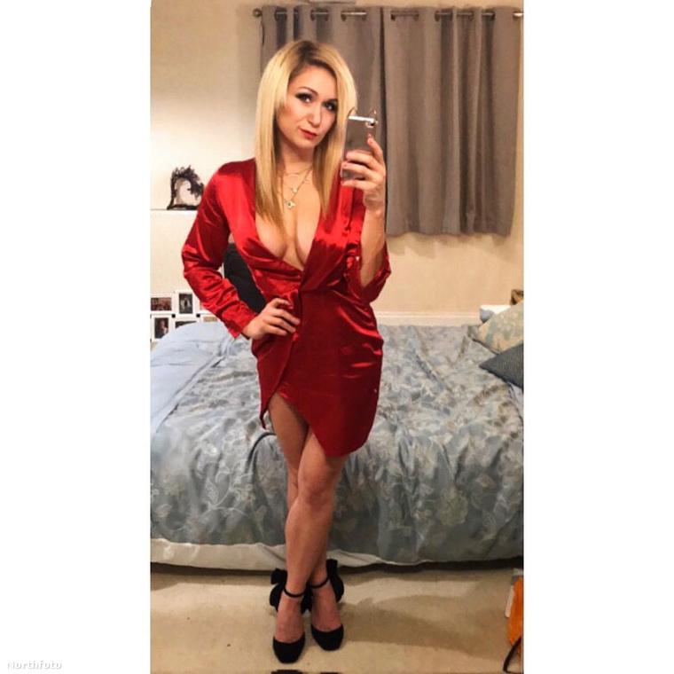Jemma megőrizte nőiességét, rövid ruhákban is szokott pózolni