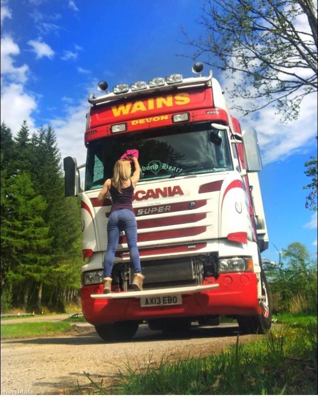 Itt pedig kamiontisztítás közben csodálhatjuk meg, hátulról.Warren azt mondja, hogy sokan bámulják, amikor kinyitja a kamion ajtaját, mert úgy gondolják egy nő fizikailag gyenge ehhez a munkához