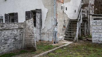 A kihalt laktanya, ahol máig lövöldöznek