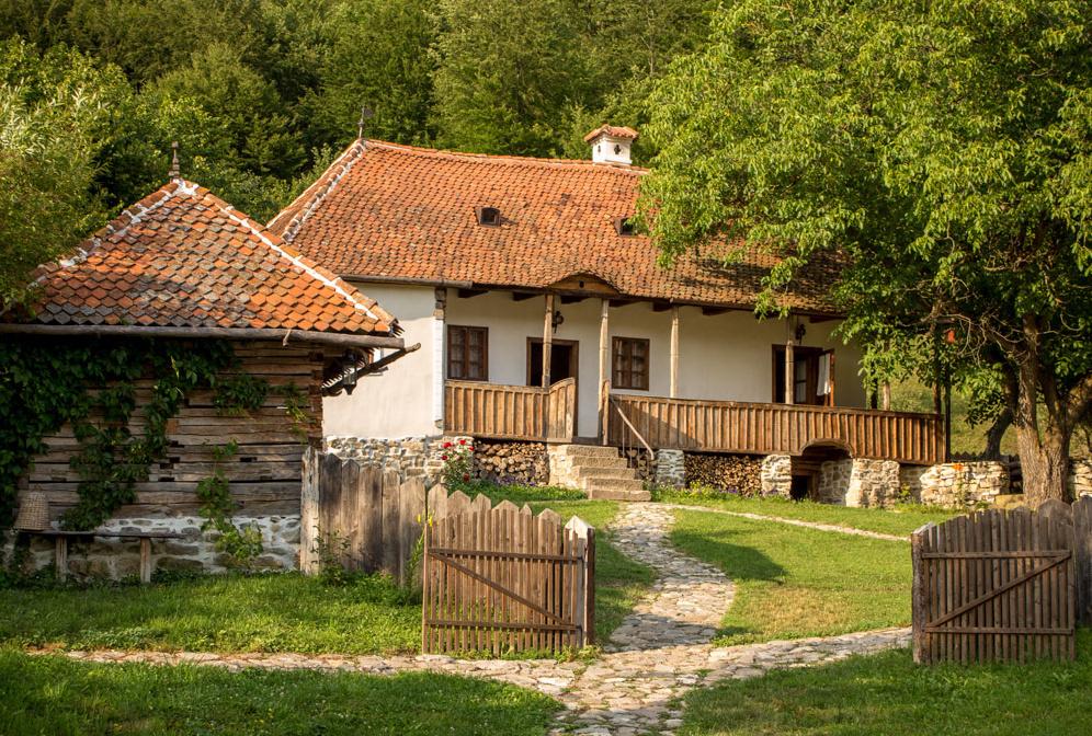 Összesen három ház - bennük hét hálóval - és egy melléképület található a birtokon.