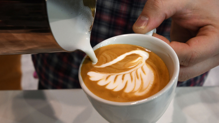 Miért tesznek az emberek tejet a kávéba?