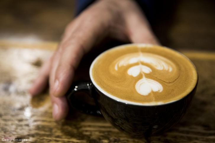 Egy londoni Latte Art (a gőzölt tejből és a kávén lévő crema keverdése, amit ügyes baristák motivumokba formálnak) bajnokság egyik versenyzőjének alkotása
