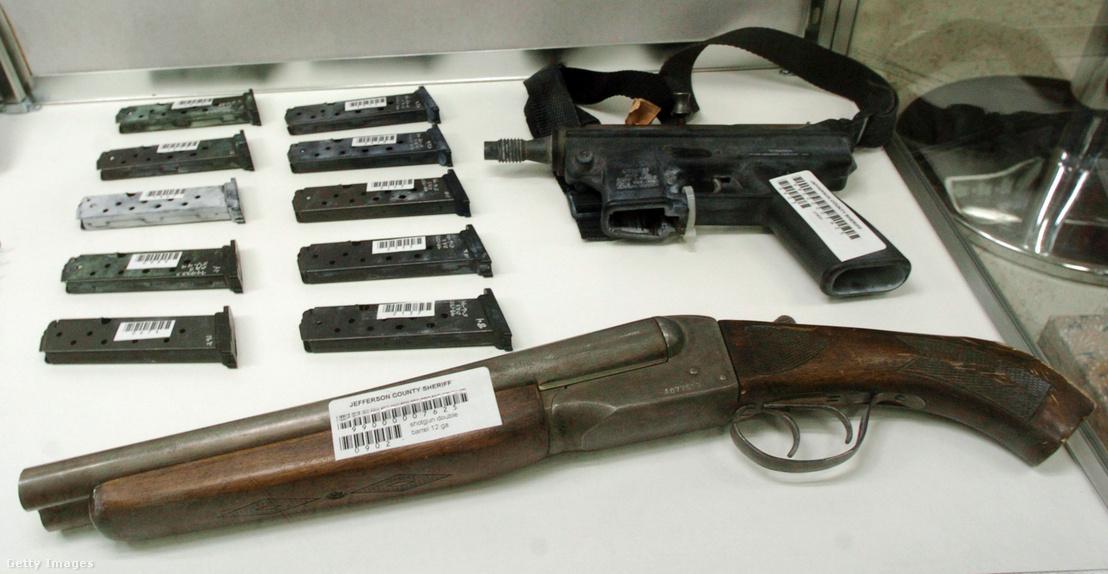 A Columbine iskolai lövöldözés során használt bizonyítékok Jefferson megyei kiállításon Coloradóban