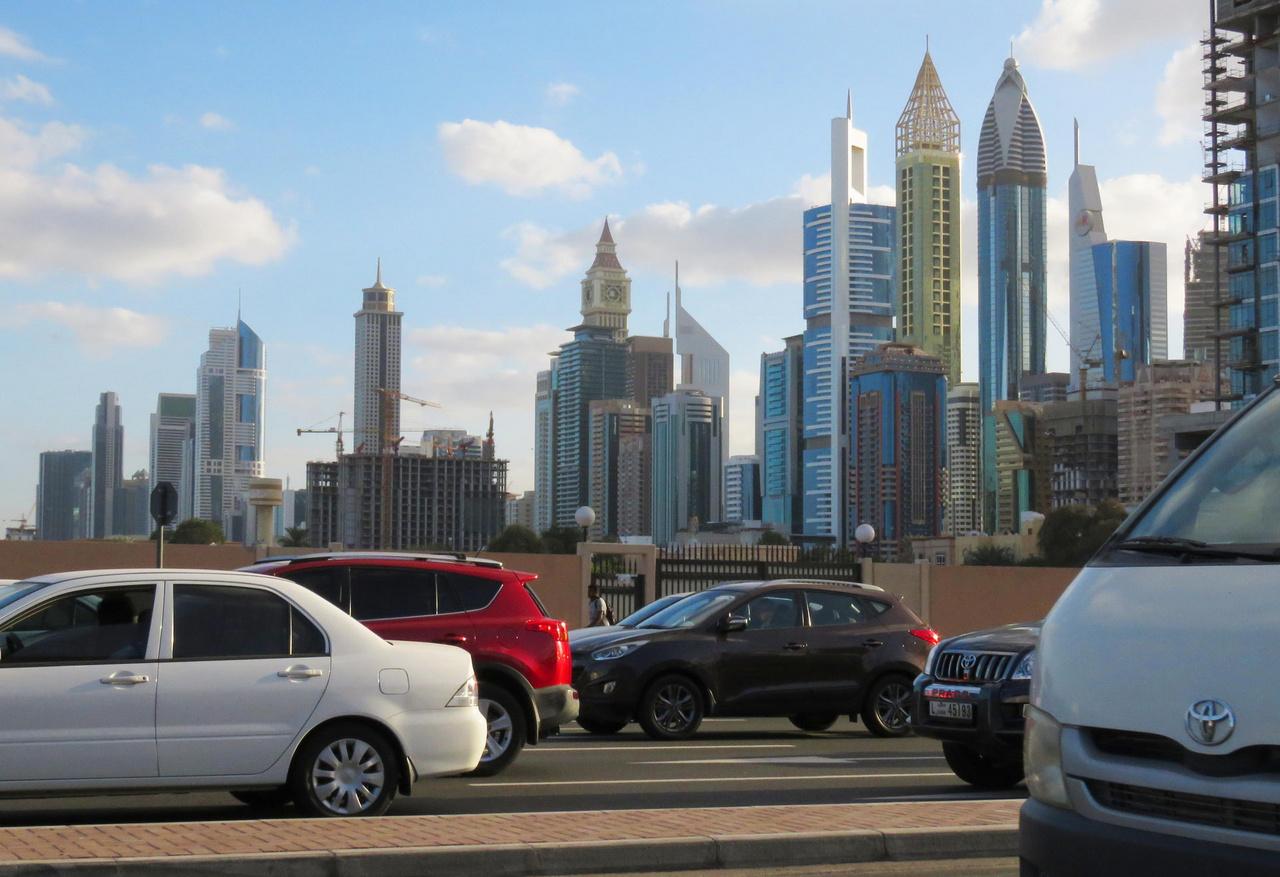 A jómódúak egyenesen Omán fővárosába, Maszkatba mennek, és ott befészkelik magukat valamelyik ötcsillagos reszortba – mi viszont, fapados fiúk Dubajba érkeztünk, és ha már ott voltunk, gyorsan körül is néztünk. Íme, így fest a belvárosi forgalom egy álmos reggelen Arábia New Yorkjában.