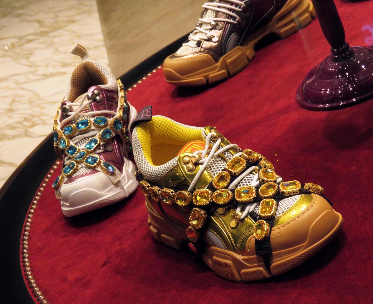 Jármű ez is, a lábnak. A jó túrázás alapja a megfelelő cipő – szerencsére találtunk ilyeneket a Dubai Mall egyik üzletében. Ez aztán kiragyog a sivatag homokjából, megtörvén annak egyhangúságát!