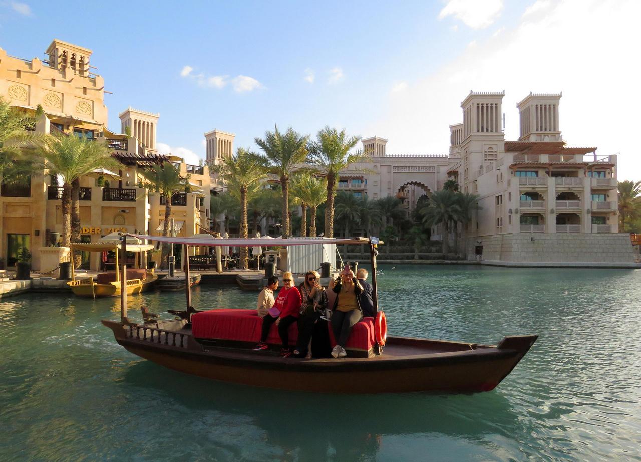 Sosem volt világok mozaikja Dubaj, egy-egy negyed szinte egy témapark, turistáknak. Az életszagú élet azokban a körzetekben folyik, ahol a város polgárait kiszolgáló tömegek laknak. Ha meguntuk a felhőkarcolókat, akár egy előkelő oázisba is képzelhetjük magunkat, miközben elektromos sétahajónkkal a hétcsillagos Burdzs al Arab luxusszálló mögötti mesterséges csatornákon hajókázunk.