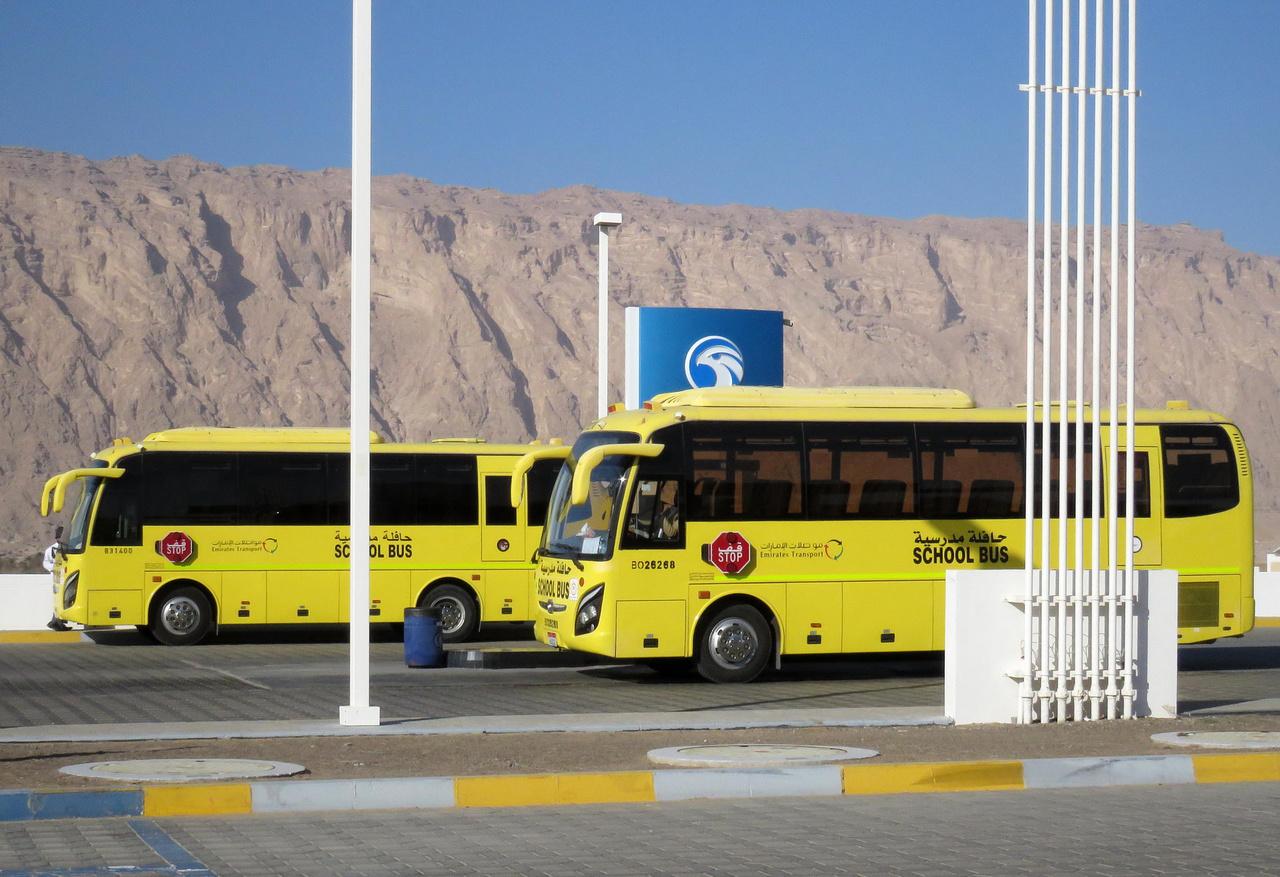 Iskolabuszok a határon – az Egyesült Arab Emírségeket elhagyva belépünk az Ománi Szultánságba. Ománban kisebb a puccparádé, józanabb és nyugodtabb az élet, de, a látogató szemével nézve legalább olyan érdekes. Az uniós határokhoz szokottaknak már elve a határátlépés is kaland a várakoztatással, az útlevelek hosszas tanulmányozásával, írisz-szkenneléssel, rengeteg adminisztrációval.