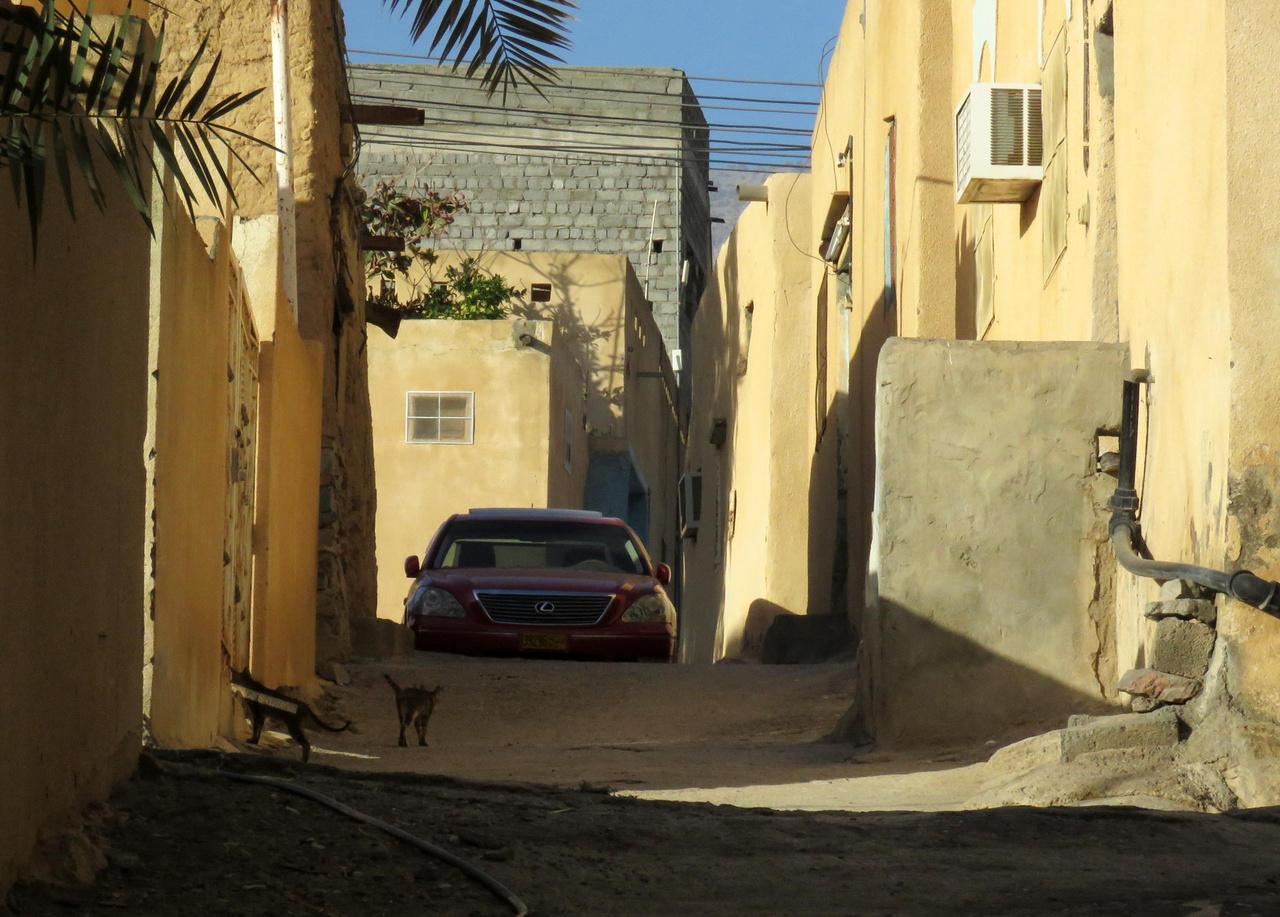 Al Hamra, az agyagból épült kisváros, persze Lexussal. Mivel a benzin olcsó, a család pedig általában nagy, a hőség miatt pedig erős légkondi kell, kis autót a nagyobb városokon kívül szinte senki nem használ. A SUV-ok mellett a nagy japán szedánok népszerűek még, lehetőleg amerikai felszereltséggel.