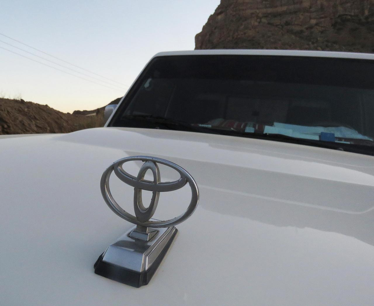 Az orrdísz nem a Mercedesek kiváltsága: Ománban szinte minden márkához be lehet ilyen utólagos extrát szerezni. Aki igazán szereti az autóját, azzal is kimutatja, hogy egy ilyet felcsavaroz a motorháztetőre.