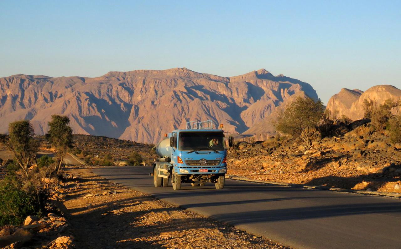 Napkelte a Wadi Gul vidékén. A Shams hegység nevének magyar jelentése: a Nap hegye. Süti is rá rendesen!