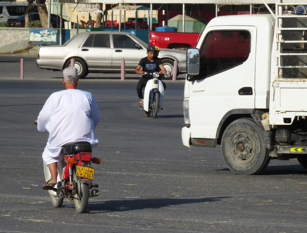 Nem túl gyakori látvány Ománban: motorosok Nizwában. A plusz húsz fokos télben még csak-csak megjárja, viszont nyáron, negyven fokban, tűző napon nem túl praktikus közlekedési mód a motorozás.