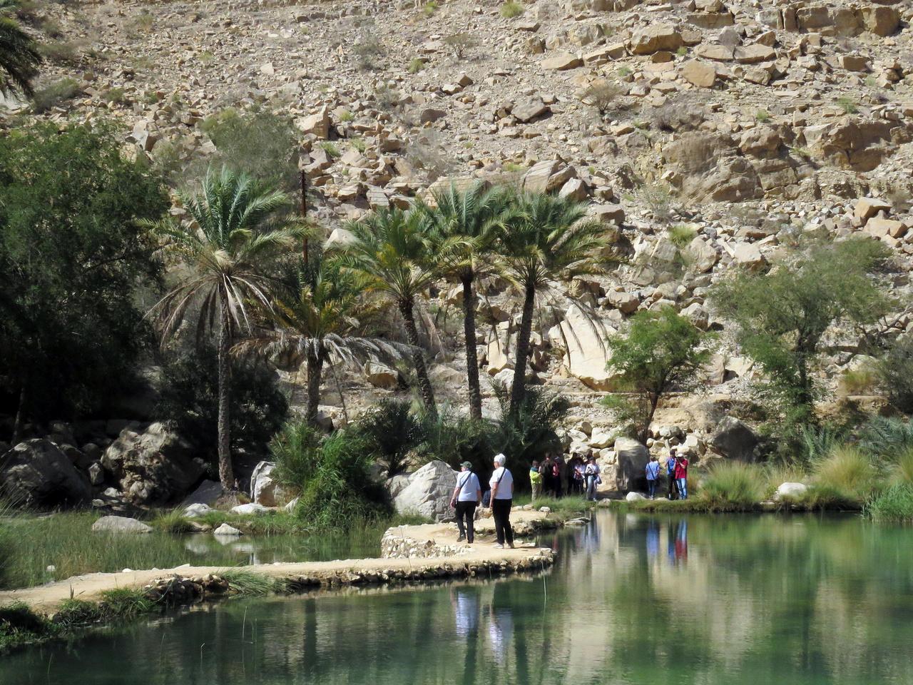 A Bani Khalid vádi az legismertebb szurdokvölgy Ománban, amit sajnos már a tömegturizmus is felfedezett. A nyugodt látogatás titka, hogy kora délelőtt már ott kell lenni. A vádiban futó patak folyamatosan kapja a vizet egy forrásból, ráadásul ez a víz kellemesen langyos, és nagyon jól esik benne a fürdőzés. A patak egy tóba torkollik, ahol lelkes kis halak szabadítanak meg bennünket a lábfejünk elhalt sejtjeitől. Erős bónusz, hogy a kanyonban elveszített kalapomat egy jótét lélek leadta a kávézóban, így csak később hagytam el végleg.