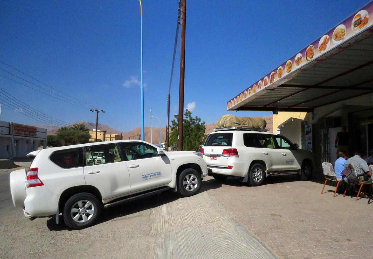 Lám csak, parkolni nemcsak az úttal párhuzamosan, hanem keresztben is lehet… A nagytestű terepjárók nemcsak a vidéken gyakori kavicsburkolatú vagy homokos utak miatt praktikusak, hanem azért is, mert a gyorshajtókat számtalan fekvőrendőr lassítja Omán-szerte. És ilyen kövér fekvőrendőröket én még sehol nem láttam: Ferrarival ne induljunk Ománban sehova, mert fel fogunk akadni. Az igazi móka, amikor a bamba turista elnézi a fekvőrendőr-előrejelző táblát, vagy esetleg nincs is ilyen tábla, és akkor váratlanul a levegőben találja magát az utazó kompánia.