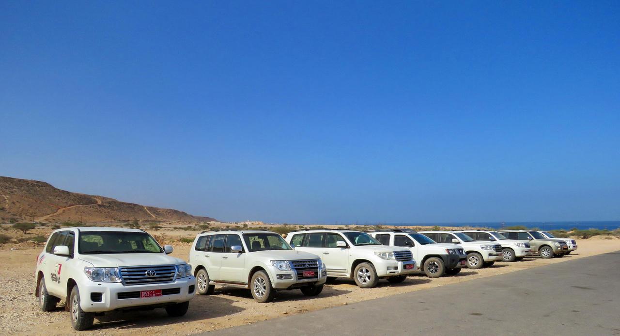 Spontán Parkoló Parádé. Land Rovert összesen egyet láttunk – meg is mutatjuk mindjárt – a név hallatán a helyiek csak elnézően mosolyognak, sivatagi ember nem bízná az életét arra a technikára. Itt a Toyota Land Cruiser a császár, a herceg pedig a Nissan Patrol. Már a Mitsubishi Pajerók is csak a futottak még kategóriába férnek bele.
