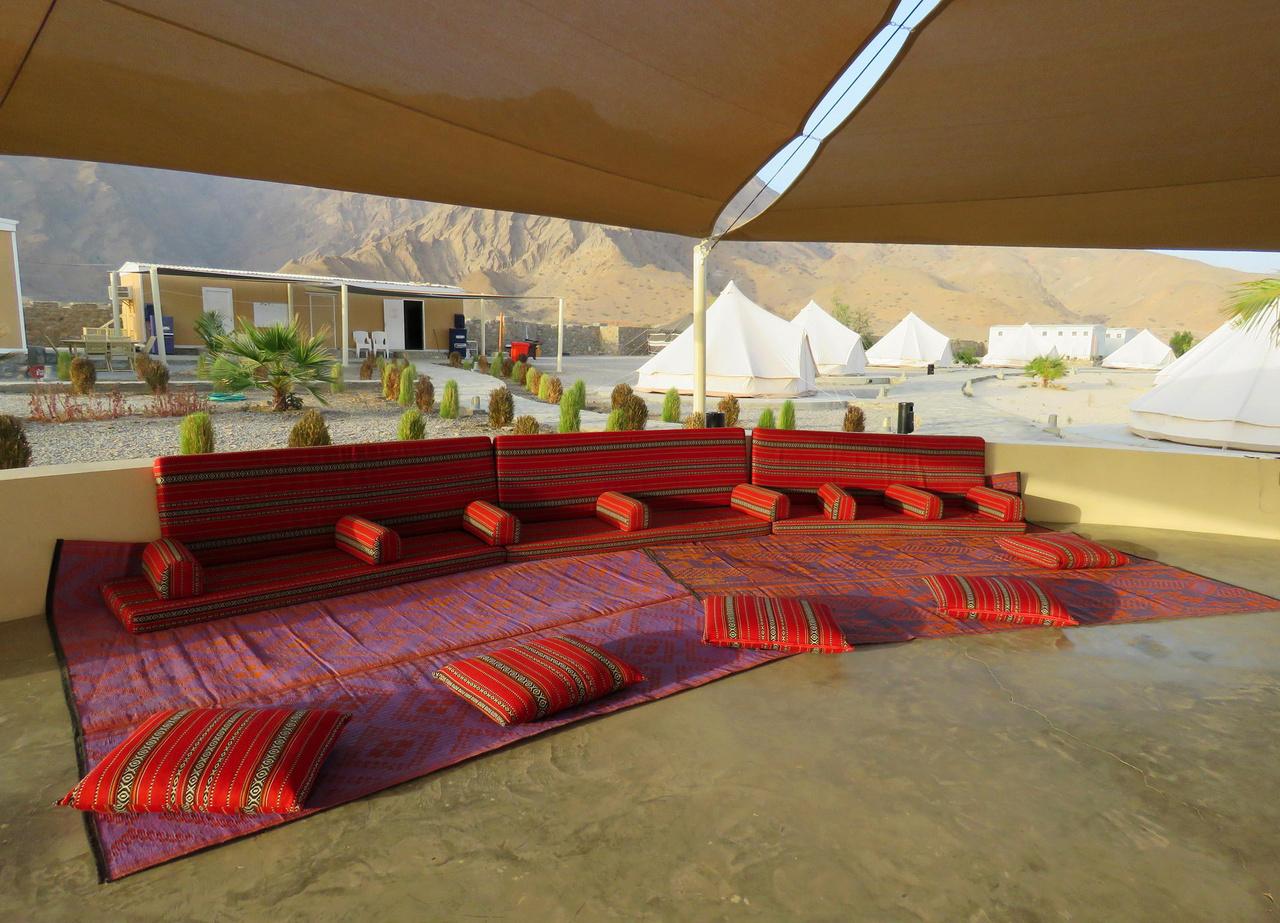 Közel-keleti kényelem. As Sifa környéki tengerparti kempingünk közösségi tere, háttérben a sátrakkal. Az áramot egy éjjel-nappal forgó dízel aggregátor adja, kellő távolságban elhelyezve, hogy ne zavarja a vendégeket.