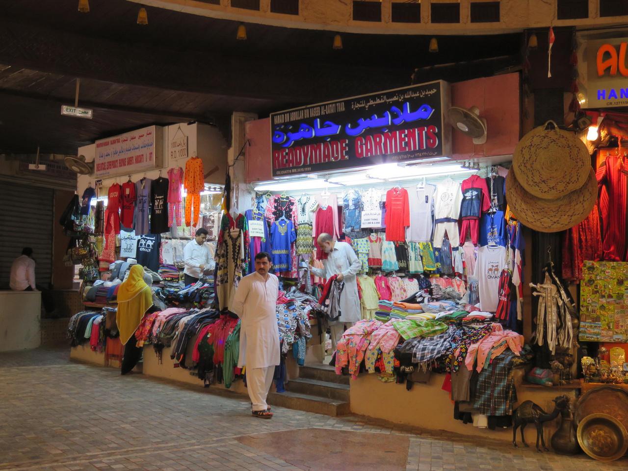 Bizony, a bazárok ma már nem hozzák a régi romantikát Ománban sem: az áru nagy része Kínában készül, még a hagyományos arab stílust követő dísz- és emléktárgyak is. Persze egy sétát megér a maszkati nagybazár, de elég nézelődni, pénzt költeni igazából felesleges.