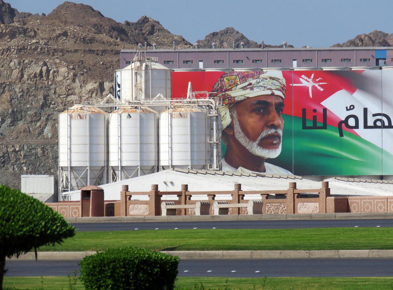 Az Ománi Szultánságot már több évtizede Kábúsz szultán vezeti, aki uralkodása alatt hivalkodó túlzásoktól mentes, élhető országot faragott Ománból. Nagy kérdés, ki örökli majd a trónt, a szultánnak ugyanis nincs férfi utóda.