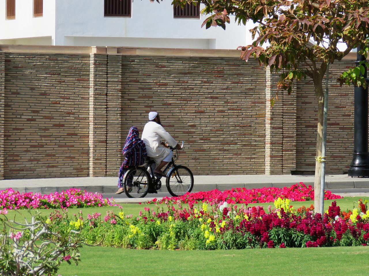 Bicikliből tényleg nem sok van, de egyet azért sikerült elkapni a szultáni palota parkjában. A hegyi utakon egyébként találkoztunk kisebb országúti bringás csapatokkal – a hétvégi tekerés sportos divatja Ománban is megjelent.