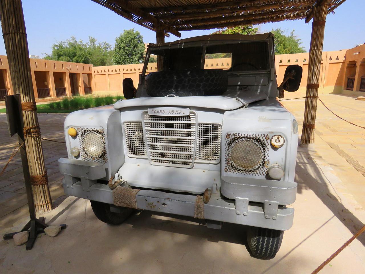 Muzeális Land Rover az Al Ain-i palotában. Fél évszázada a legendás Zayed sejk ezzel látogatta sorba a vele szövetséges beduin törzseket.