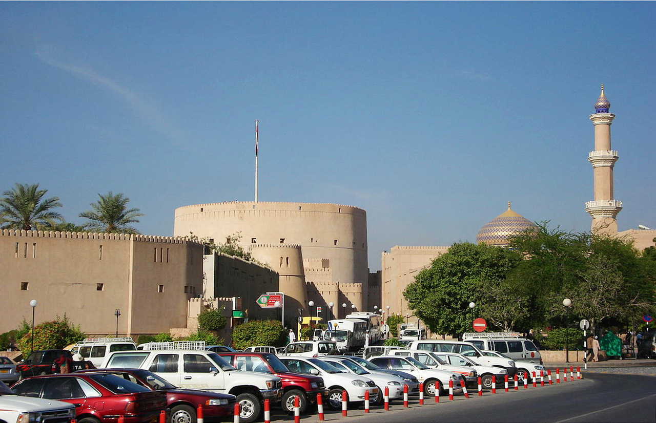 Nizwa óvárosa az erőddel és a mecsettel. A kereskedelmi utak csomópontjában kialakult város ma Omán egyik legfontosabb kulturális, gazdasági és oktatási központja. A legtöbb datolyát az ottani ültetvényeken termesztik, a helyi piacon külön épületük van a datolyaárusoknak.