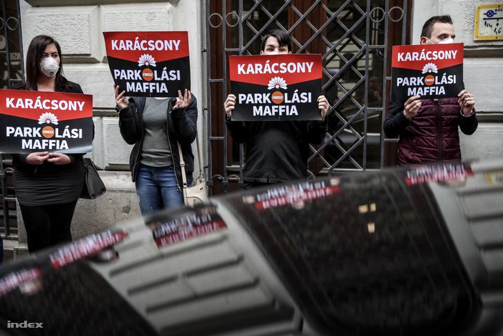Tüntetők Karácsony Gergely kampánynyitó rendezvénye előtt Budapesten 2019. április 13-án