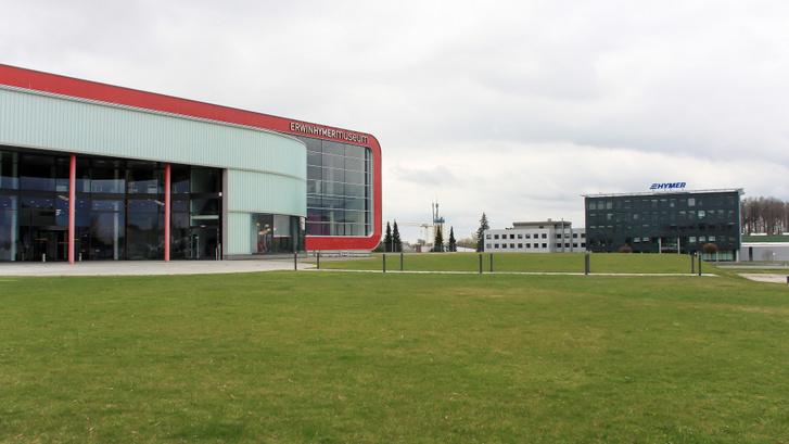 Előtérben a múzeum, háttérben a gyár főépülete