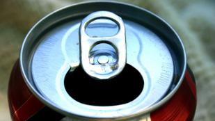 Mire jó az a lyuk az üdítősdoboz nyitófülén?