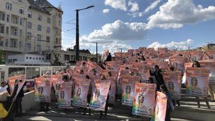 Flashmobbal tiltakoznak a HVG munkatársai a Széll Kálmán téren