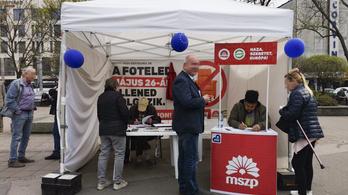 Megharapták és a kabátjával fojtogatták a szocialista aláírásgyűjtőt