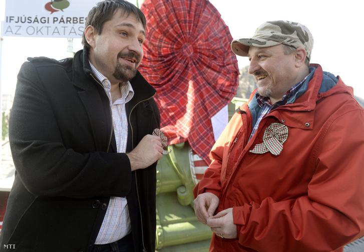 Torzsa Sándor, a Societas elnöke (b) és Komjáthi Imre, az MSZP országos elnökségének tagja (j)