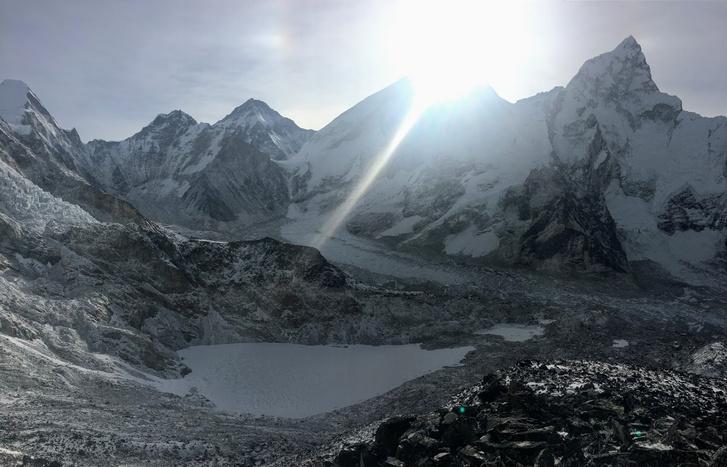 A Mount Everest és a Khumbu-gleccser a felkelő nap fényében