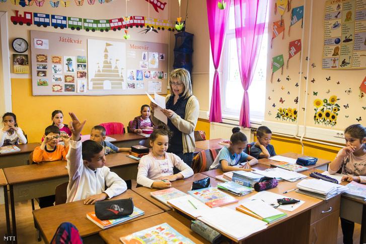 Magyaróra a Huszár-telepi Sója Miklós Görögkatolikus Óvoda és Általános Iskola második osztályában Nyíregyházán 2015. április 27-én.