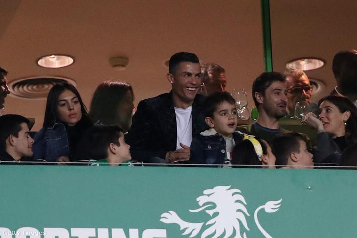 Cristiano Ronaldo a lelátón a Sporting-Benfica portugál bajnokin 2019. február 3-án