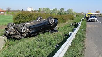 Szalagkorlátnak csapódott, felborult egy autó az M5-ösön