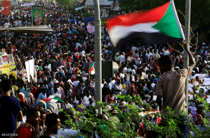 Tüntetők Kartúmban a Védelmi Minisztérium előtt 2019. április 18-án