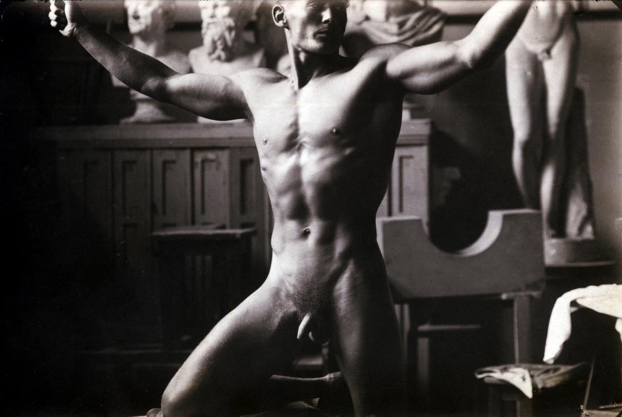 Hegedűs István öttusázó modellt áll a 20 forintos bankjegy férfialakjához 1946-banA Fortepan gyűjteményében szereplő werkfotót Füle Mihály grafikus készítette a háborút követő óriási infláció után bevezetésre kerülő új fizetőeszköz, a forint egyik címletének tervezési munkáihoz. A húszforintos tervezésével Horváth Endrét, metszésével Nagy Zoltánt bízták meg. Az allegorikus figurát az eredetileg festőnek készülő Füle Mihály rajzolta, bár az ő neve nem szerepel az 1948 és 1992 között használatban lévő bankjegyen. Füle a címlet tervezésekor hosszasan kereste a megfelelő modellt, végül a Testnevelési Főiskolán talált rá. Az elkészült bankjegyen a test Hegedűsé, az arckép azonban stilizált. A szép testű sportember Füle visszaemlékezése szerint alaposan megfázott a hideg műteremben.
