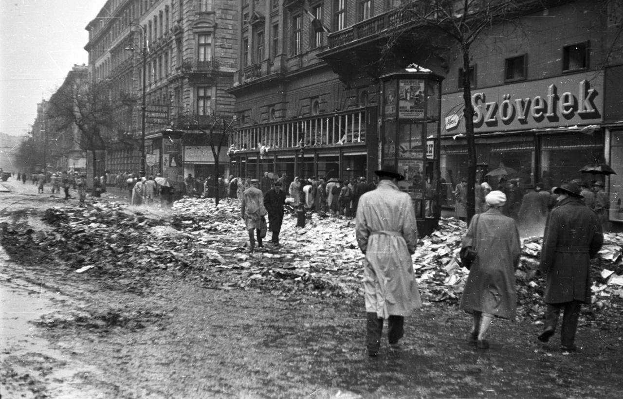 A Lenin (ma Teréz) körút az Oktogon felől a Szófia (ma Dohnányi) utca felől nézve 1956-banÚtközben, a Nagykörút és a Szófia utca sarkán egy könyvégetéshez kiérkező ÁVO-s csapat eltévedt golyója eltalálta, és a sérülésbe belehalt. Először egy közeli, Izabella utcai bérház udvarán temették el.