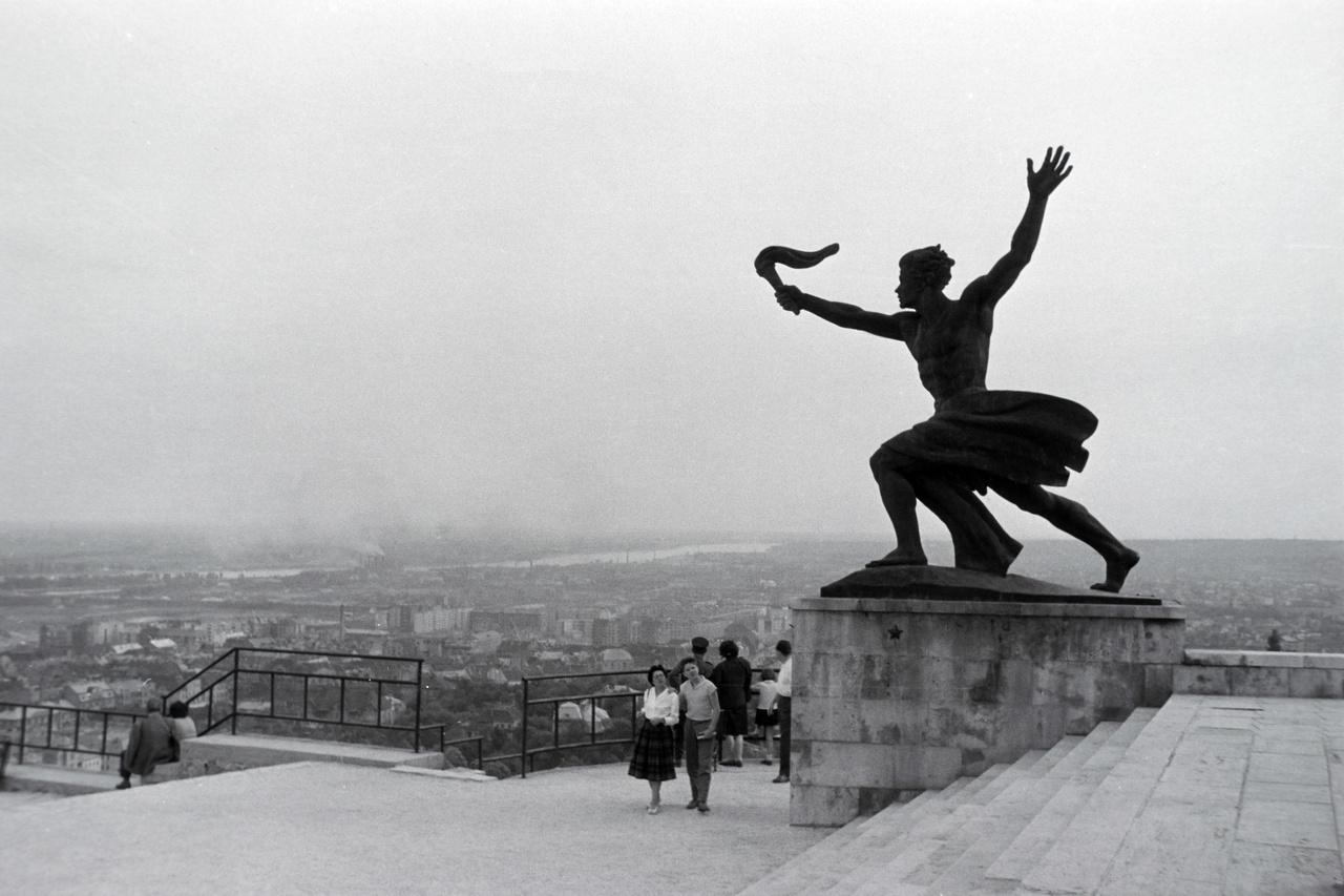Kisfaludi Strobl Zsigmond Hegedűsről mintázta a Gellérthegyi Szabadság-szobor (hivatalos nevén Felszabadulási emlékmű) egyik mellékalakját, a Fáklyavivőt isHegedűs István Nyíregyházán született 1924-ben. A jó úszó, tornász, síelő, birkózó és vízilabdás fiú Budapestre került, ahol a BSZKRT Előre versenyzője lett, majd válogatott öttusázó. 1948-ban megnyerte a magyar öttusabajnokságot, két évvel később csapatban lett aranyérmes. 1952-ben tartalékként részt vett a helsinki olimpián.